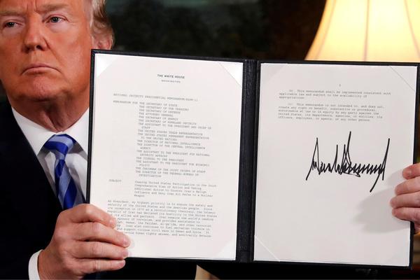 Trump tekende op 8 mei een proclamatie waarmee Amerika zich officieel terugtrekt uit het nucleaire akkoord met Iran (foto: Reuters)