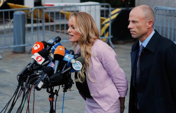 Pornoactrice Stormy Daniels en haar advocaat Michael Avenatti (foto: Reuters)