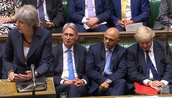De Britse premier May in het Lagerhuis met leden van haar kabinet