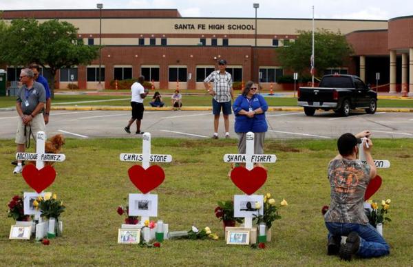 Bij de school worden de slachtoffers herdacht (foto: Reuters)