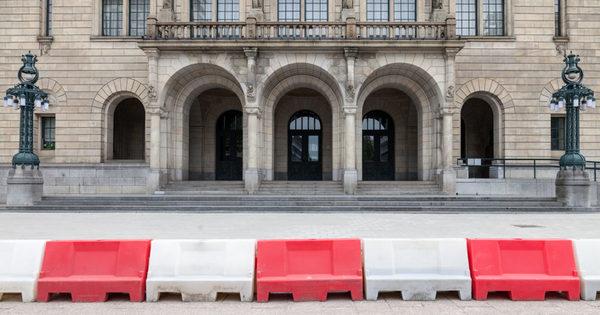 Het stadhuis is stuk (2/2): morrende burgers pakken de macht