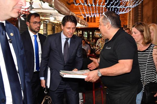 De nieuwe Italiaanse premier neemt een pizza mee