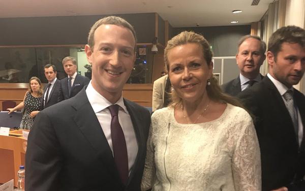 Zweedse MEP Wikström kon een Zuckfie niet weerstaan