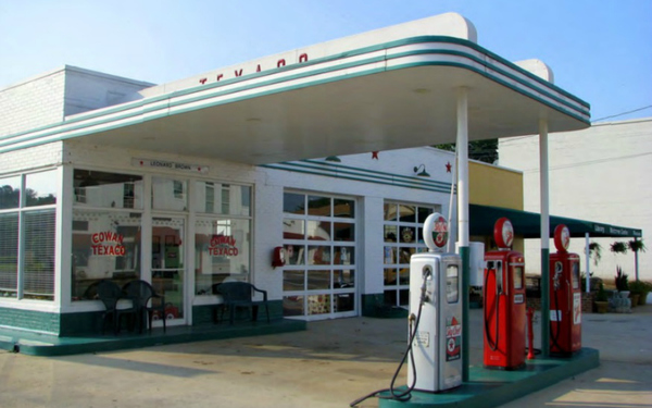 This Vintage Gas Station Is a Rare Connection to L.A. Car Culture