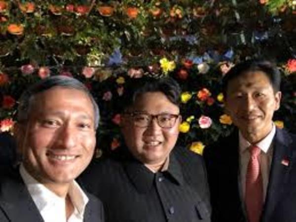 Vivian Balakrishnan, de minister van Buitenlandse Zaken van Singapore (de man links), neemt een selfie met Kim Jong-un