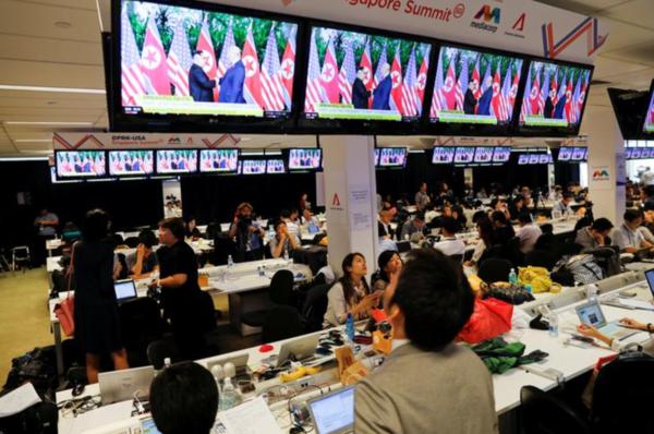 Tal van journalisten uit de Aziatishe hoofdsteden waren naar Singapore gekomen om de top te volgen (foto: Reuters)