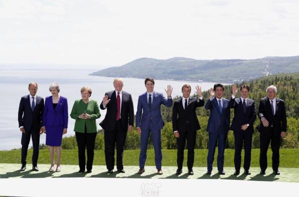 Tijdens de groepsfoto zat de sfeer er nog goed in (foto: Reuters/Yves Herman)