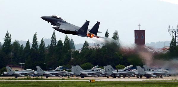 Een Amerikaans gevechtsvliegtuig neemt deel aan een militaire oefening in Zuid-Korea (foto: Reuters)