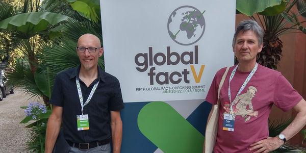Alexander Pleijter (links) en Peter Burger bezoeken het Global Fact 5-congres