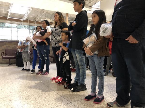 Migrantengezinnen die net zijn aangekomen in McAllen, Texas (foto: Arjen van der Horst)