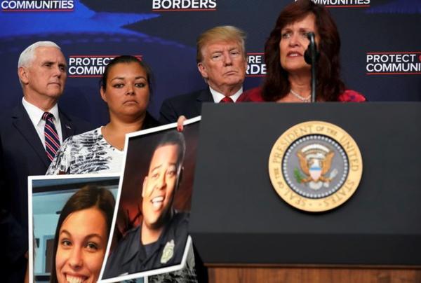 Trump op een bijeenkomst van Amerikanen wier familieleden zijn vermoord door illegale immigranten. De president gebruikt dit voortdurend als argument om illegale immigranten het land uit te zetten (foto: Reuters)