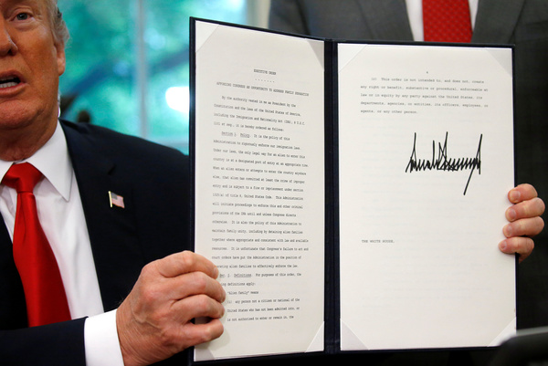 Trump tekent een decreet waarmee hij een einde maakt aan de scheiding van kinderen en hun migrantenouders (foto: reuters)