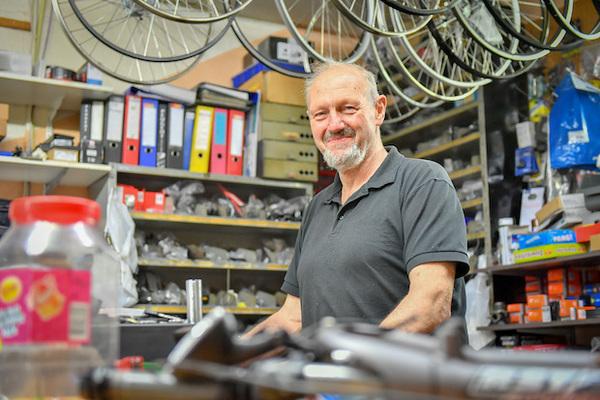 't Kalf neemt afscheid van markante fietsenmaker Jan Rouw | De Orkaan