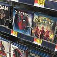 Marketing-Stunt: Deadpool crasht sämtliche Filmcover im Walmart | OnlineMarketing.de
