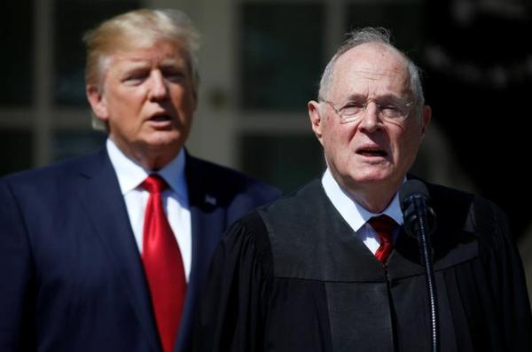 Rechter Kennedy, op de voorgrond, gaat met pensioen. Trump zal zijn opvolger benoemen. (Foto: Reuters)