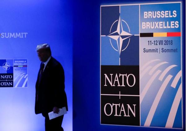 Trump bij de persconferentie afsluitend na de NAVO-top (Foto: Reuters)