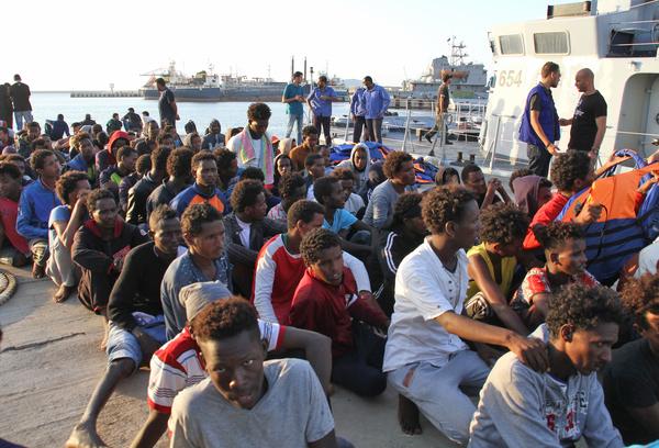 Vluchtelingen opgepikt door Libische kustwacht terug in Tripoli