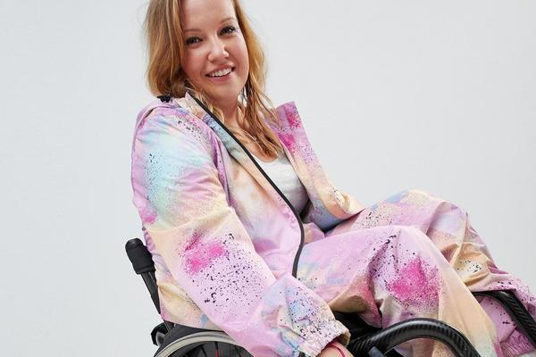 Der britische Klamottenhersteller ASOS hat seine neueste Kollektion auch für Rollstuhlfahrer optimiert