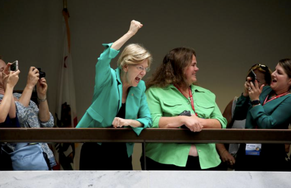 Elizabeth Warren juicht demonstranten in het Capitol toe (Foto: Reuters)