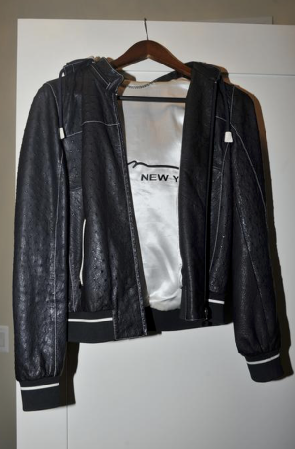 Een vest gemaakt van struisvogelleer ter waarde van 15.000 dollar (Foto: Reuters)