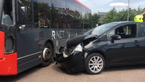 Botsing bus met personenauto Oostzaan (filmpje) | De Orkaan