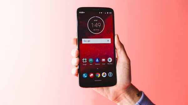 Moto Z3 phone sells at Verizon Aug. 16, with 5G to come - CNET