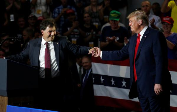 De Republikeinse kandidaat Troy Balderson voerde afgelopen zaterdag campagne met president Trump in Ohio (foto: Reuters)