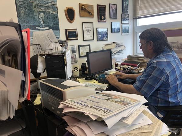 Nicholas Benton, hoofdredacteur van de Falls Church News-Press, legt de laatste hand aan zijn column. De krant was een van 350 publicaties die meedeed aan het initiatief van de Boston Globe (foto: Arjen van der Horst)