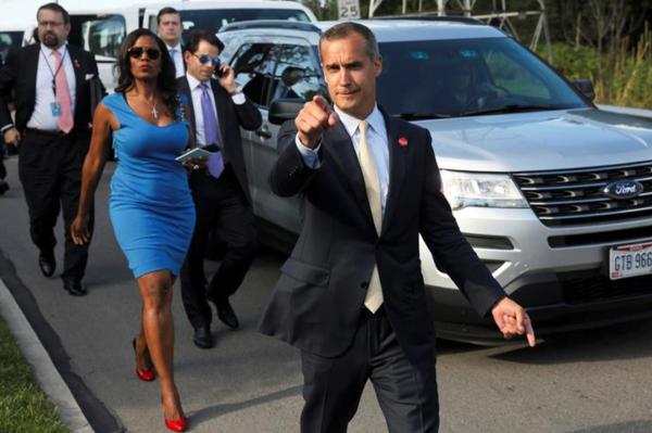 Omarosa's grootste 'claim to fame' is deze bekende foto uit de zomer van 2017. Alle personen op deze afbeelding zijn oud-medewerkers van Trump, die later werden ontslagen (foto: Reuters)