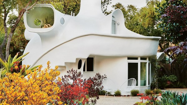 "No Corners or Closets: Living in a California ""Spaceship House"" - Vogue"