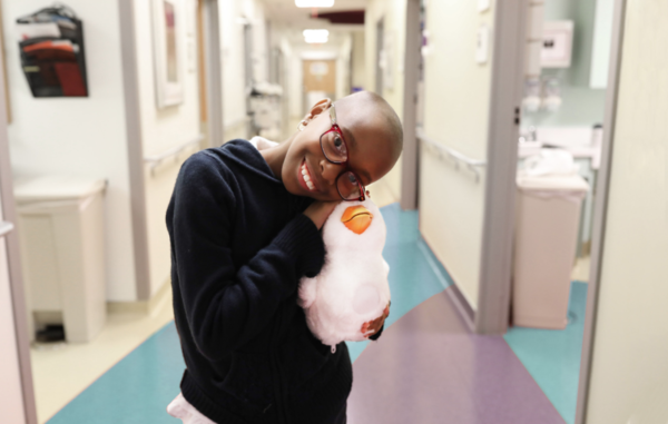 Schattige roboteend gaat kinderen met kanker troosten