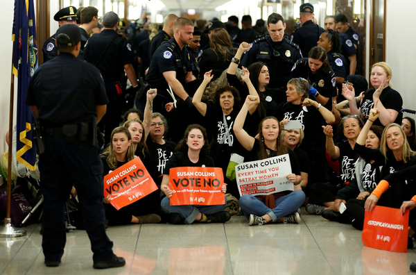 Tegenstanders van Kavanaugh blokkeren het kantoor van senator Susan Collins, die bekend maakt dat ze voor Kavanaughs benoeming zou stemmen (foto: Reuters)