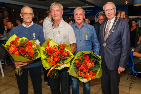 Drie broers Verwoerdt bij vv Almkerk koninklijk onderscheiden