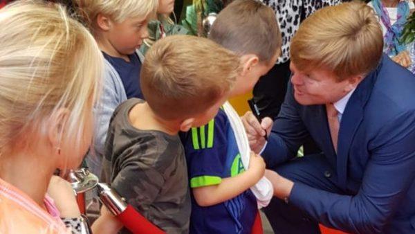 'Ik heb jou op tv gezien!' Koning Willem Alexander bezoekt Groenland (filmpje) | De Orkaan