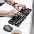 Dit flinterdunne mechanische toetsenbord heeft een eigen Siri knop