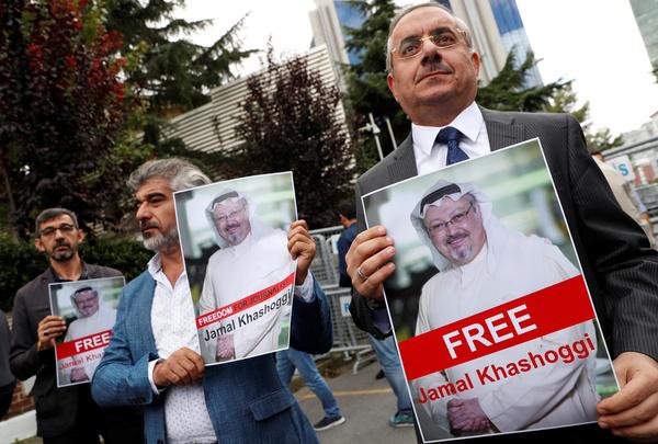 Mensenrechtenactivisten en vrienden van Khashoggi protesteren bij het Saoedische consulaat in Istanboel (foto: Reuters)