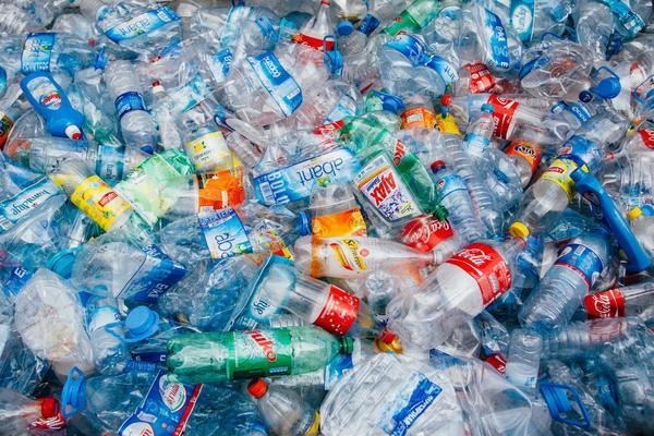 Eine britische Supermarkt-Kette bezahlt Kunden jetzt Geld, wenn sie Plastik zurückbringen