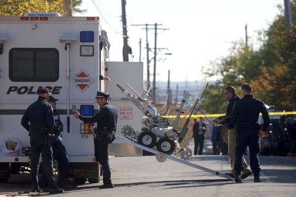 Een robot van de explosievenopruimingsdienst in actie bij een postkantoor in de staat Delaware. Daar onderschepten de autoriteiten een verdacht pakketje dat gericht was aan voormalig vice-president Joe Biden (foto: Reuters)