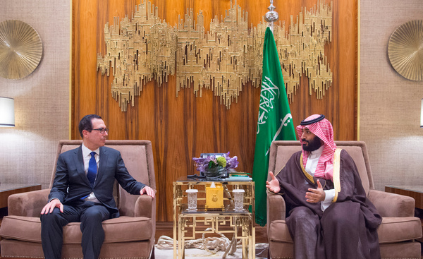 De Amerikaanse minister van Financiën Steve Mnuchin ging ondanks protesten op bezoek bij de Saoedische kroonprins Mohamed bin Salman (foto: Reuters)