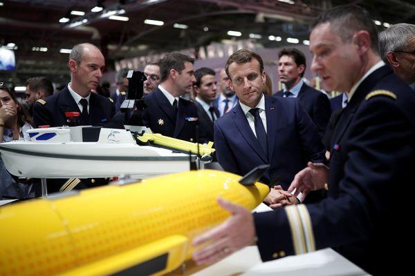 De Franse president Macron op een wapenbeurs in Parijs