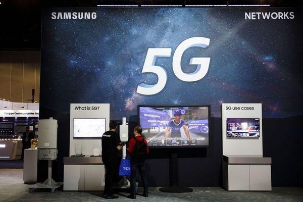 Inside Samsung's Bid to Challenge Apple With 5G, Folding Phones - Bloomberg