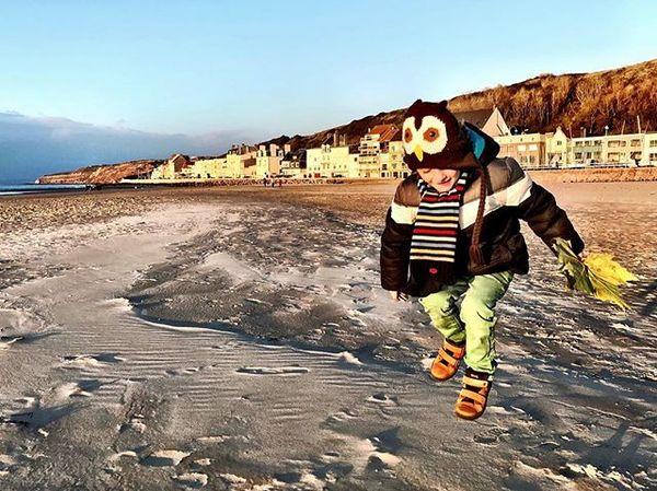 Maurice zweeft boven het strand van Boulogne-sur-Mer.