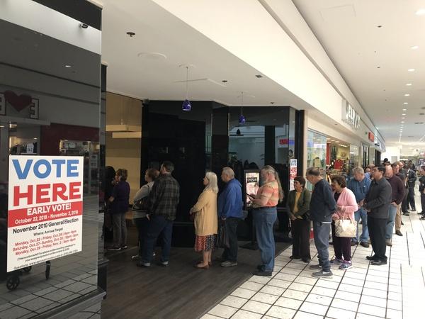 Lange rijen bij een stembureau in El Paso, waar kiezers vervroegd hun stem kunnen uitbrengen (foto: AVDH)