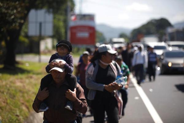 Een stoet van enkele duizenden migranten is vanuit Midden-Amerika onderweg naar de Verenigde Staten. Trump heeft ze een gevaarlijke invasie van criminelen genoemd (foto: Reuters)