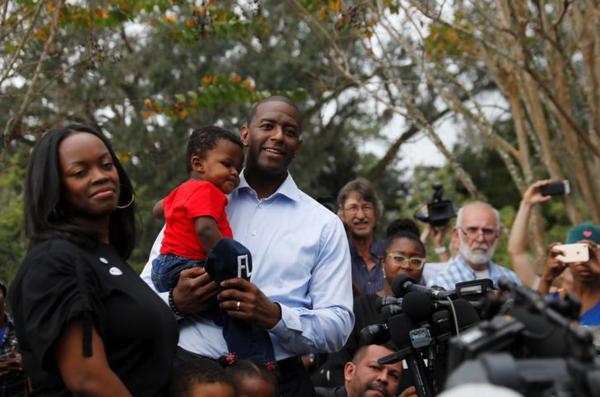 Andrew Gillum en zijn echtgenote brengen hun stem uit. Hij heeft nipt verloren in de strijd om het gouverneurschap in Florida (foto: Reuters)
