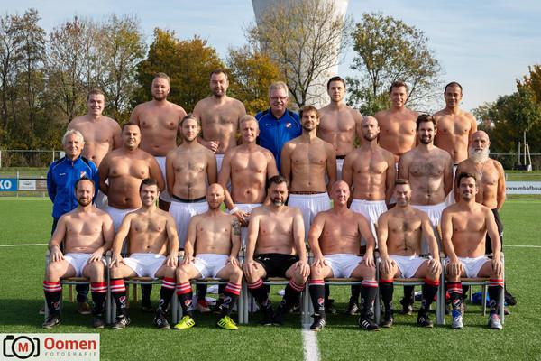 Oeps... shirtjes vergeten voor de teamfoto