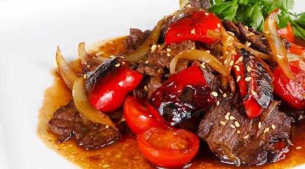 Kleurrijk en feestelijk: Thaise biefstuk met cherry tomaatjes.