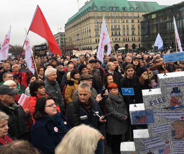 In Berlin vor dem Brandenburger Tor bei der #Aufstehen Kundgebung für eine neue soziale Demokratie