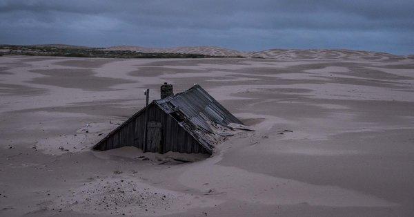 Dieses russische Dorf wird sprichwörtlich von Sand verschluckt