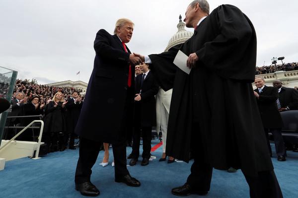 Trump en opperrechter John Roberts bij de inauguratie van de president (foto: Reuters)